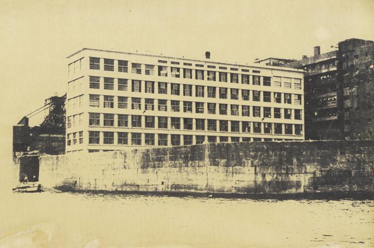 1958年、竣工当初の端島小中学校。