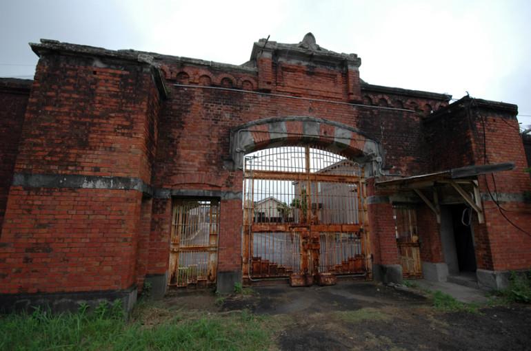 正門は、今も現地に残されている