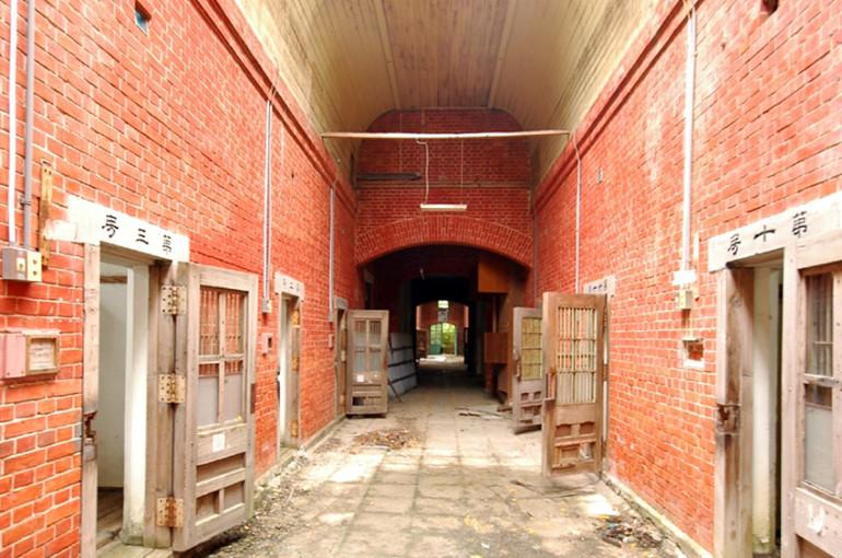トップライトの差し込む拘置舎内部