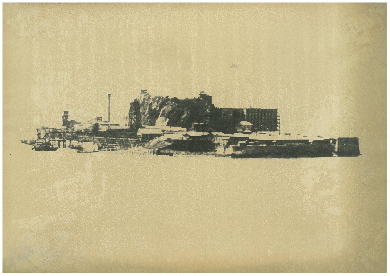 右手の直線的な建物は、9階建炭坑労働者住宅16号棟。軍艦島と呼ばれる前の、大正末期の端島である。
