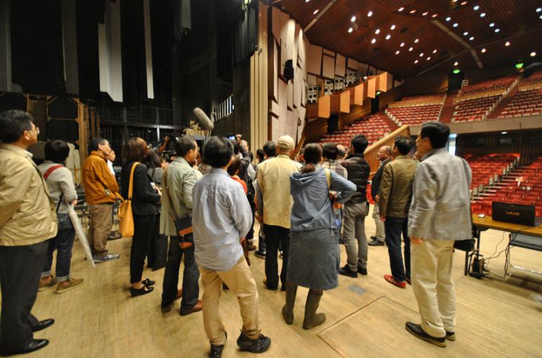 普段、上がることのできない舞台に上がって、客席のつくり方を解説